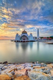 Beau coucher de soleil de la mosquée du détroit de malacca, malaisie. composition naturelle.