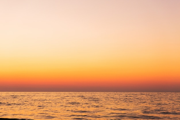 Beau coucher de soleil orange sur la mer. paysage du soir