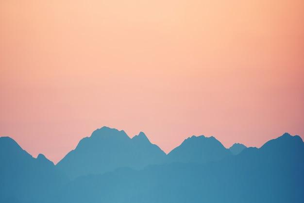 Beau coucher de soleil orange sur les montagnes. cagliari, sardaigne, italie.