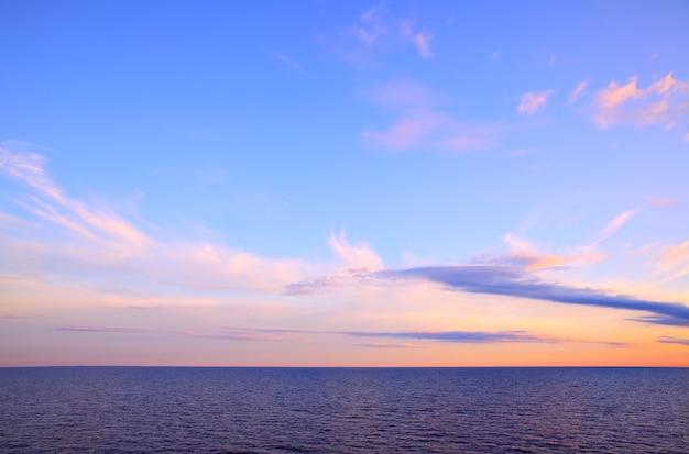 Beau coucher de soleil - paysage marin avec horizon marin