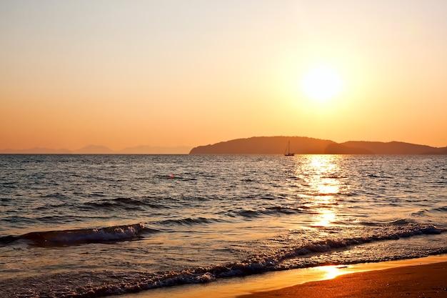 Beau coucher de soleil sur la plage d'ao nang à krabi, thaïlande
