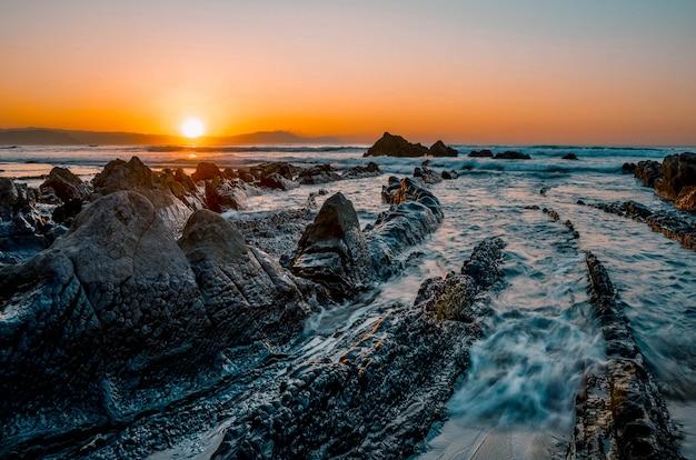 Beau coucher de soleil à la plage de barrika, vizcaya, pays basque, espagne