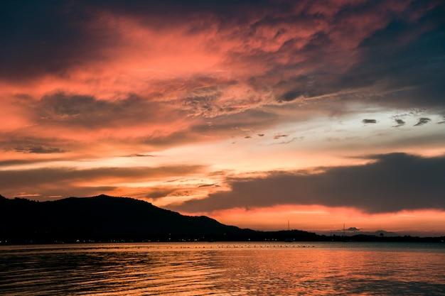 Beau coucher de soleil sur la plage, île de samui, thaïlande