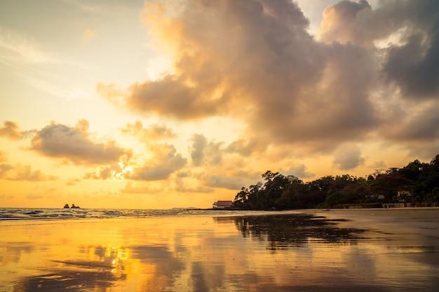 Beau coucher de soleil sur la plage et la mer