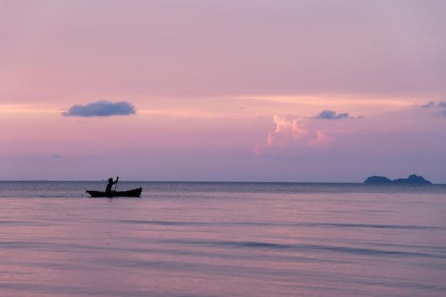Beau coucher de soleil sur la plage et la silhouette du bateau, île de samui en thaïlande