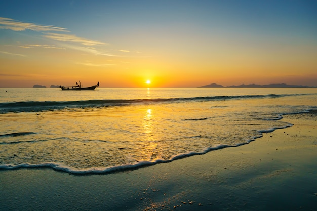 Beau coucher de soleil sur la plage.