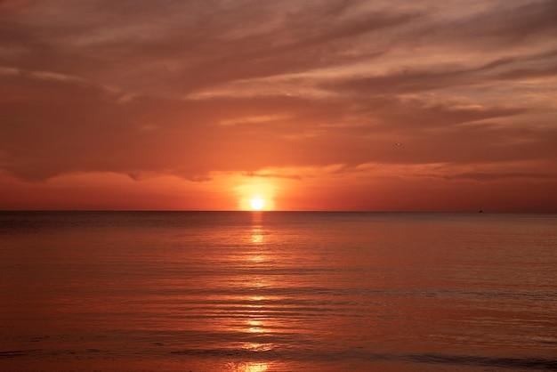 Le beau coucher de soleil à la plage