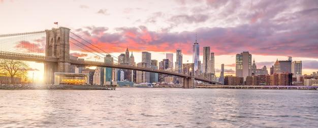 Beau coucher de soleil sur le pont de brooklyn à new york city, états-unis