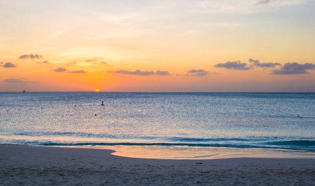 Beau coucher de soleil à providenciales sur les îles turques et caïques