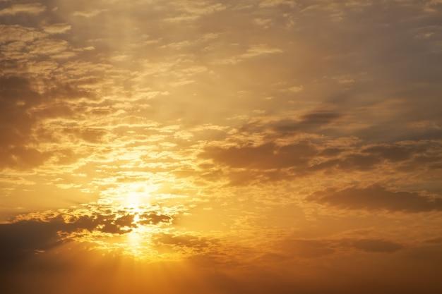 Beau coucher de soleil avec des rayons de soleil.