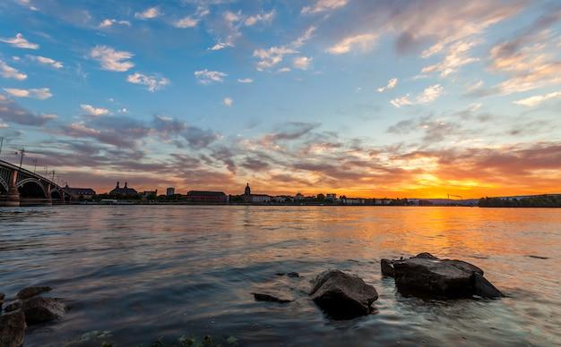 Beau coucher de soleil sur le rhin et le vieux pont à mayence, près de francfort-sur-le-main, en allemagne.