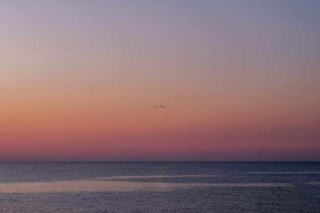 Beau coucher de soleil rose sur l'espace de la mer pour le texte