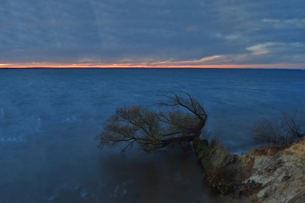 Beau coucher de soleil rouge en mer