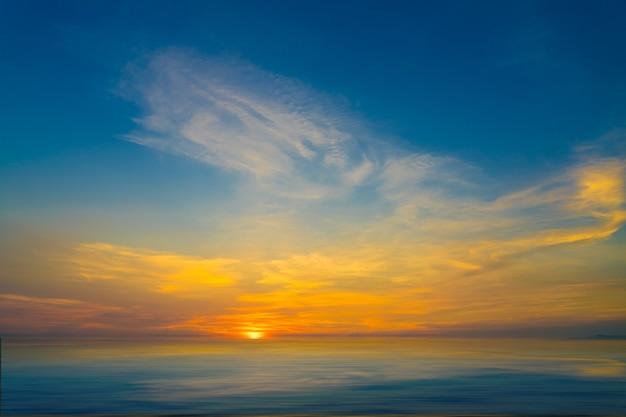Beau coucher de soleil avec technique de vitesse d'obturation lente