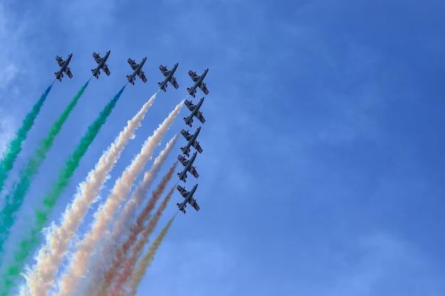 Beau coup de ciel coloré des flèches tricolores italiennes
