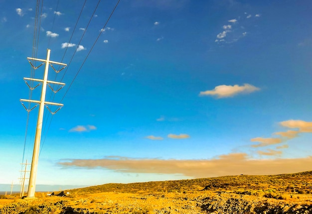 Beau coup de fils électriques dans un champ sous un ciel nuageux dans les îles canaries, espagne