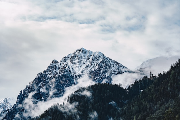 Beau coup de hautes montagnes rocheuses brumeuses et nuageuses