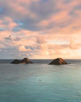 Beau coup de petites collines dans la mer sous le beau ciel nuageux