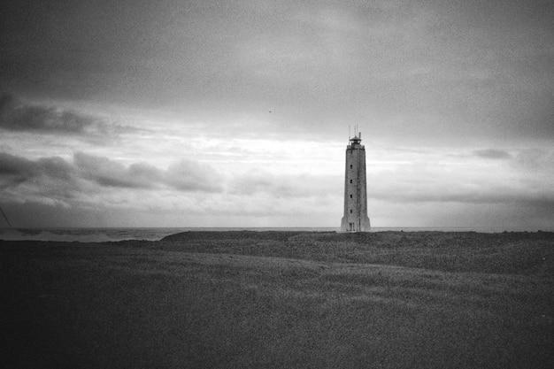 Beau coup d'un phare sur la côte de la mer