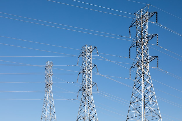 Beau coup de poteaux électriques sous un ciel bleu
