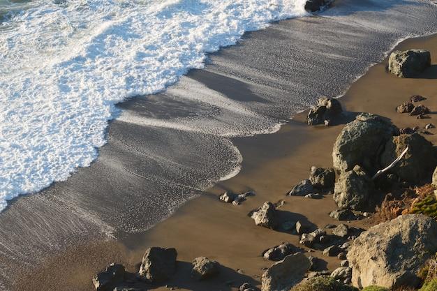 Beau coup de vagues calmes à la plage