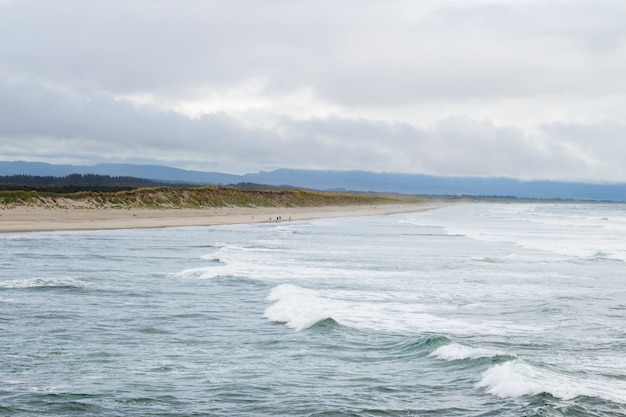 Beau coup de vagues de l'océan sur une sombre journée nuageuse