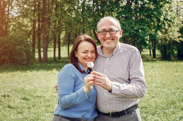 Beau couple adulte dans une forêt en été