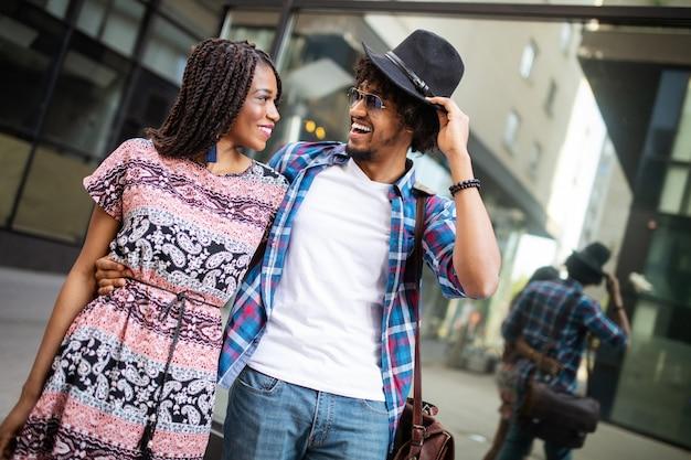 Beau couple africain touristique amoureux des voyages et du tourisme