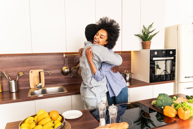 Beau couple afro-américain cuisinant à la maison beau couple noir préparant le dîner