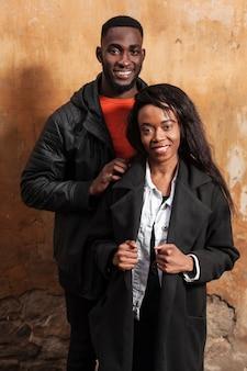 Beau couple afro-américain, plan moyen