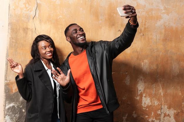 Beau couple afro-américain prenant selfie