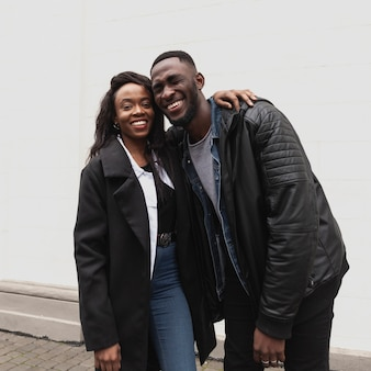 Beau couple afro-américain souriant
