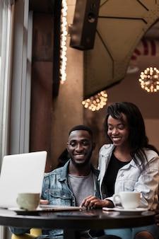 Beau couple afro-américain vue de face