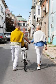 Beau couple d'âge moyen ayant un rendez-vous dans une journée ensoleillée