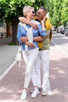 Beau couple d'âge moyen ayant un rendez-vous à l'extérieur