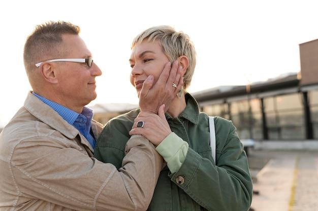 Beau couple d'âge moyen étant affectueux