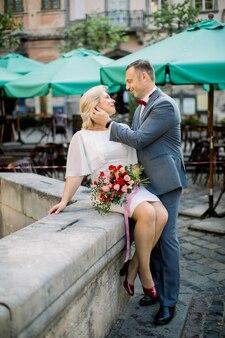 Beau couple d'âge mûr romantique profitant de moments tendres les uns avec les autres