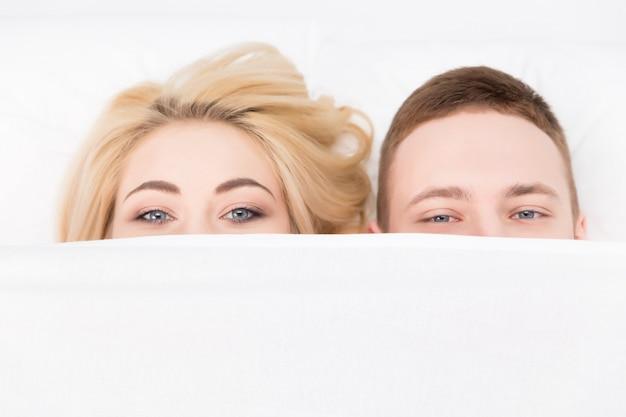 Beau couple amoureux allongé sur le lit