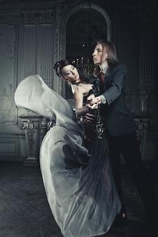 Beau couple amoureux dans le palais historique