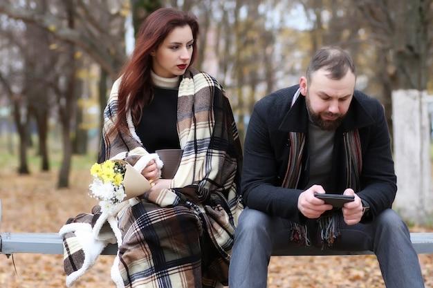 Beau couple amoureux date avec fleur en automne parc