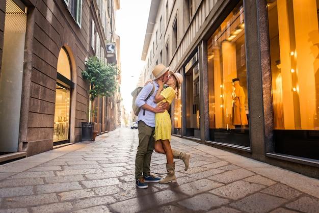 Beau couple d'amoureux faisant du shopping dans le centre-ville. des touristes ludiques visitant une célèbre ville européenne