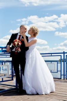 Un beau couple amoureux inscrit un mariage et se promène le long de la belle promenade