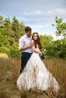 Beau couple d'amoureux mariés dans la forêt