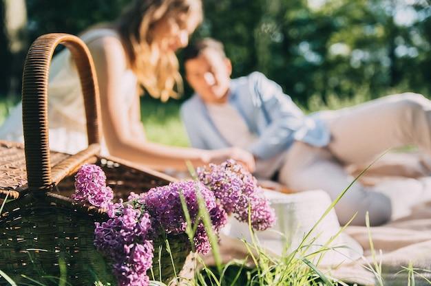 Beau couple amoureux a organisé un pique-nique dans le parc