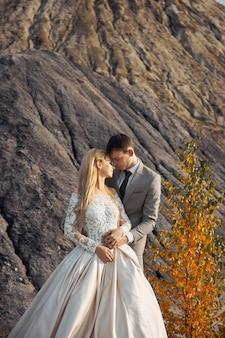 Beau couple amoureux sur un paysage fabuleux, mariage dans la nature, baiser d'amour et câlin.