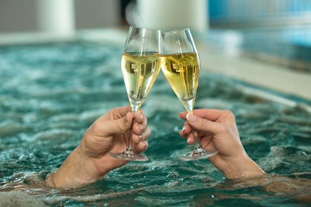 Beau couple d'amoureux se détendre dans une baignoire jacuzzi ensemble
