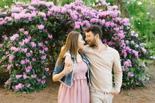 Un beau couple amoureux se promenant dans le parc et se regardant. la saint-valentin