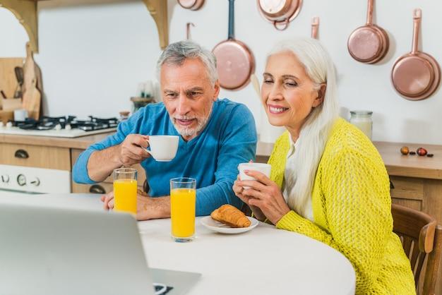 Beau couple d'amoureux senior. portrait de personnes âgées tout en s'amusant à la maison