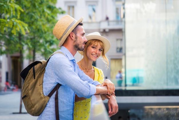 Beau couple d'amoureux visitant le centre-ville. des touristes ludiques visitant une célèbre ville européenne