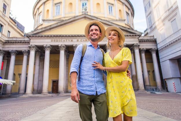 Beau couple d'amoureux visitant un monument célèbre